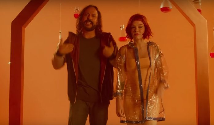 Gabriel, o Pensador e Jade Baraldo no clipe de