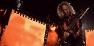 Kirk Hammett cai no palco em Milão