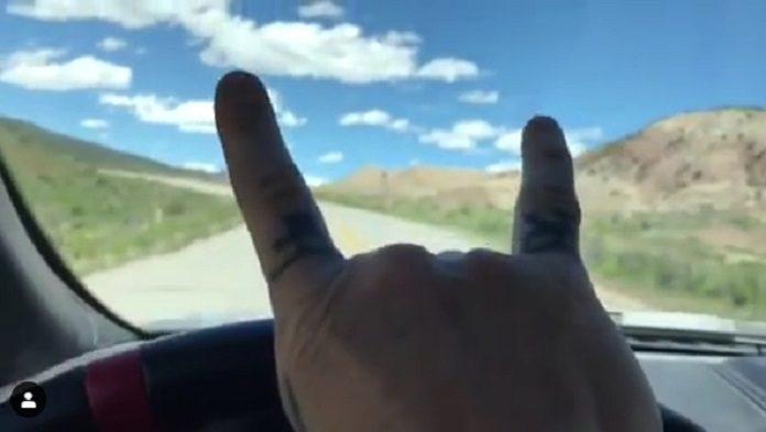 James Hetfield ouvindo heavy metal enquanto dirige