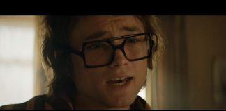 Taron Egerton cantando Elton John em Rocketman