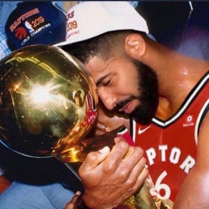 Drake com troféu da NBA