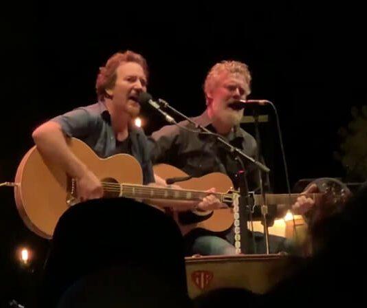 Eddie Vedder e Glen Hansard em Barolo, na Itália
