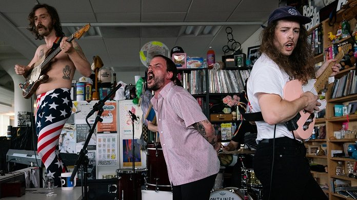 IDLES faz sessão ao vivo enérgica no Tiny Desk da NPR; assista
