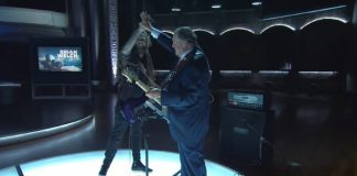 Guitarrista do KoRn toca com Mike Huckabee