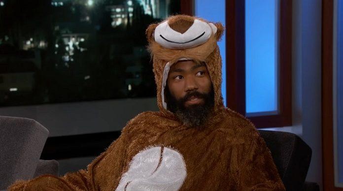 Donald Glover (Childish Gambino) vestido de leão