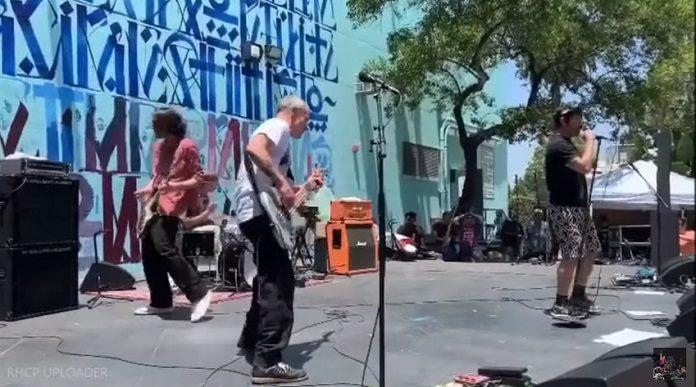 Red Hot Chili Peppers tocando em escola