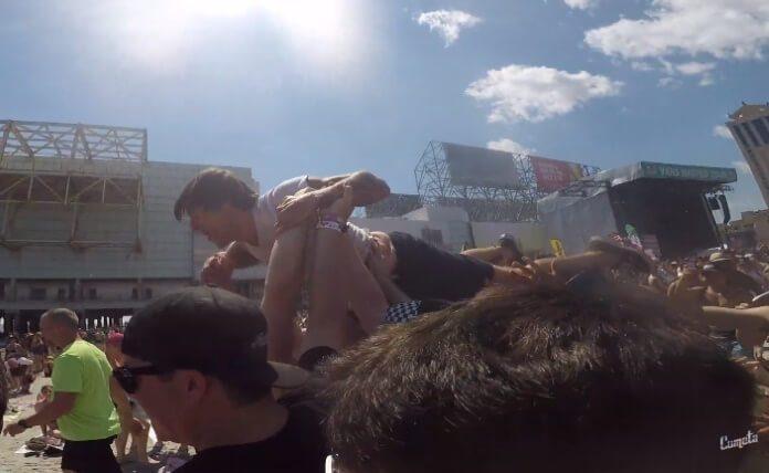 Anthony Green e o crowdsurf até o mar na Warped Tour