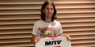 Filipe Luís com camisas de Flamengo e Iron Maiden