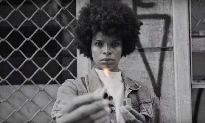 Vaneza Oliveira no clipe de