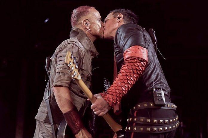 Membros do Rammstein se beijam na Rússia