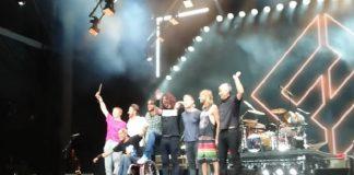 Foo Fighters Dave Grohl cadeirante menina bolhas