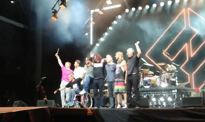 Foo Fighters Dave Grohl cadeirante menina bolhas