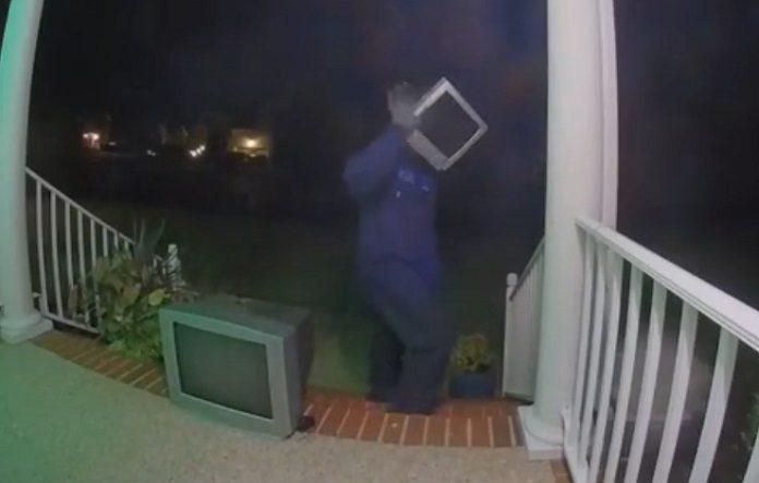 Homem entregador de TVs nos EUA