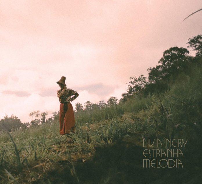 """Capa de """"Estranha Melodia"""" (Livia Nery)"""