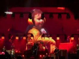 Criança dança ao som de Foo Fighters