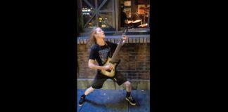 Guitarrista toca na calçada