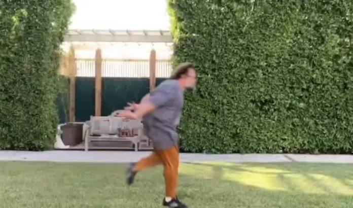 Jack Black fazendo a corrida Naruto