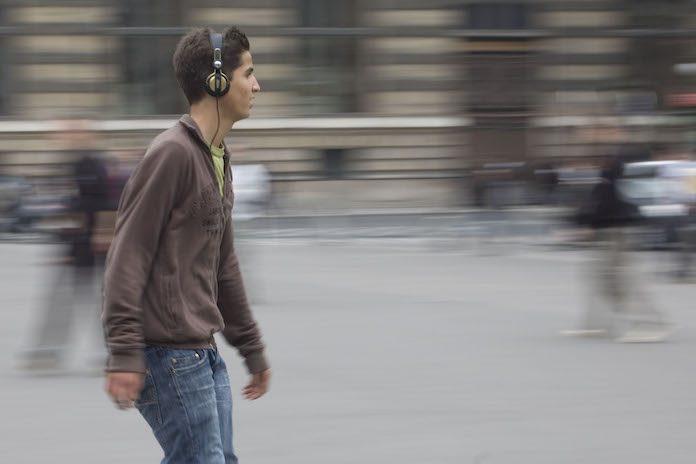 Pessoa ouvindo música