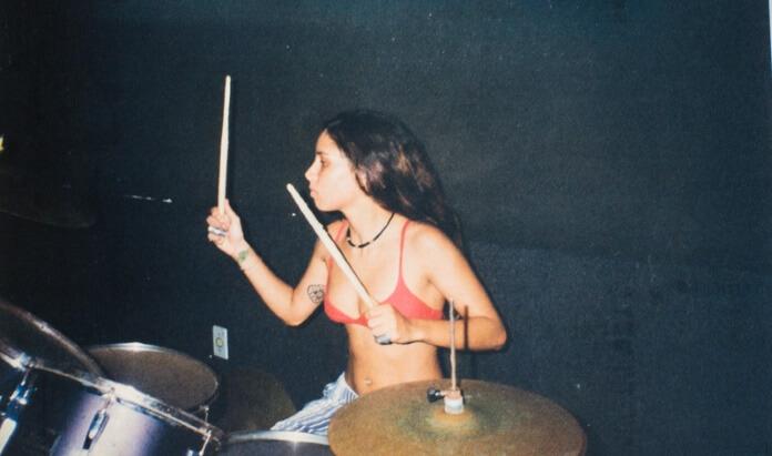 Pitty tocando bateria na banda Shes