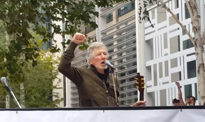 Roger Waters pede liberdade de Julian Assange