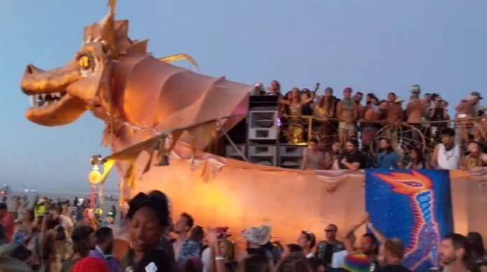 Audição do disco do TOOL no Burning Man