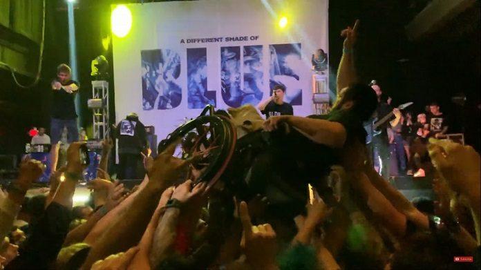 Fã em crowdsurf