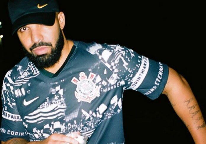 Drake com a camiseta do Corinthians