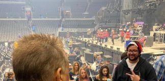 Eddie Van Halen fotografando fã do TOOL