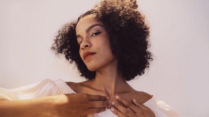 Gabriela Viegas explora um universo místico em EP de estreia