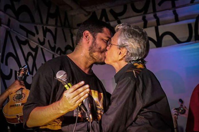 Caetano Veloso e Criolo se beijam no Festival NINJA