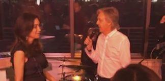 Paul McCartney fazendo serenata para a esposa