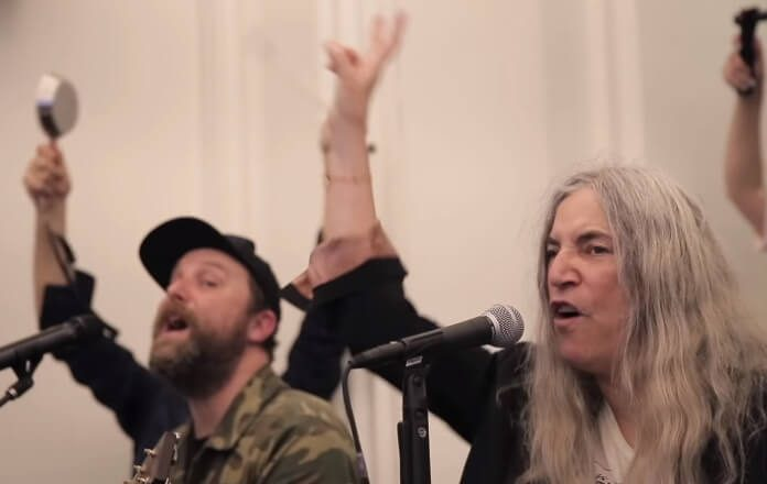 Patti Smith canta com coral
