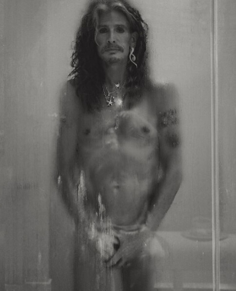 Steven Tyler, do Aerosmith, fica pelado para fotógrafo fã da banda