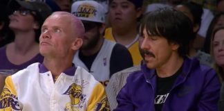 Anthony Kiedis e Flea em jogo do Los Angeles Lakers