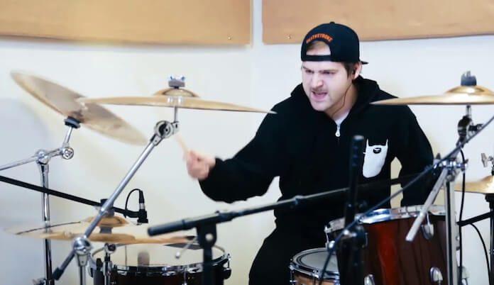Jared Dines tocando clássicos do Rock com baterias de metal