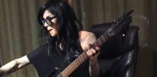 Kat Von D tocando guitarra
