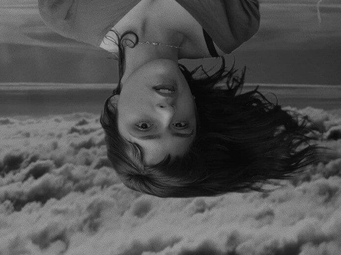 """La Leuca cria experiência sensorial no clipe de """"Morning Gloria (O Medo)"""""""