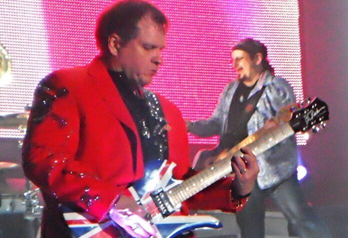 Meat Loaf tocando guitarra