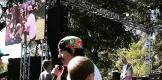 Anthony Kiedis sendo fofo com crianças