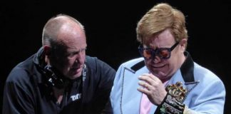 Elton John chorando