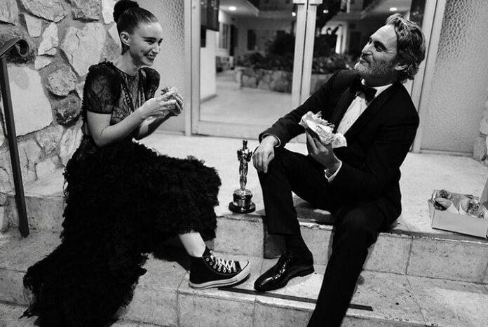 Joaquin Phoenix e Rooney Mara comem hambúrguer após o Oscar