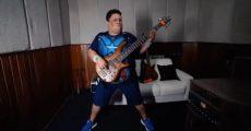 """Júnior Groovador tocando """"Lithium"""", do Nirvana"""