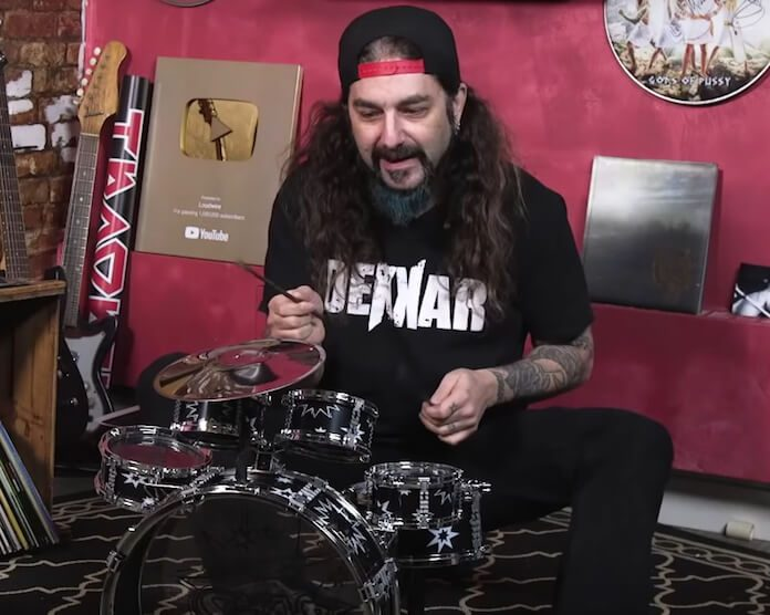 Mike Portnoy homenageando Neil Peart em bateria de criança