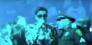 """The Strokes tocando """"New York City Cops"""" com policiais"""