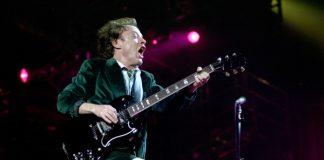 Angus Young com o AC/DC na Itália em 2001