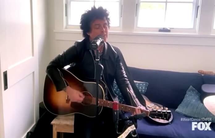 Billie Joe Armstrong toca Green Day em festival online