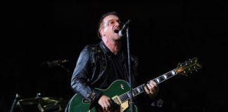Bono tocando guitarra em 2009