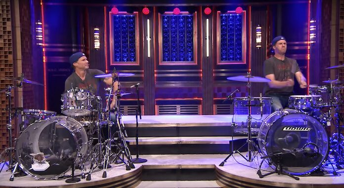 Duelo de bateria entre Chad Smith e Will Ferrell