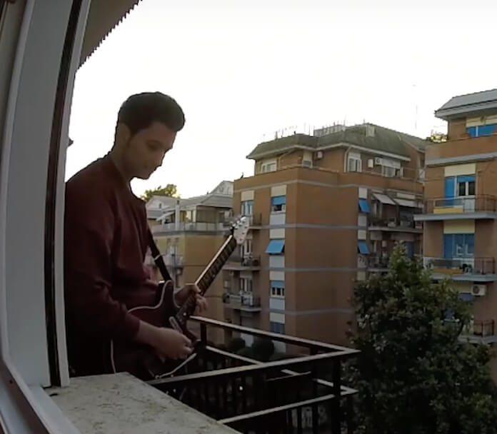 Italiano em quarentena toca Queen