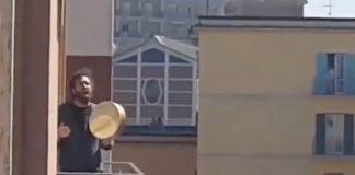 Italianos em quarentena cantando